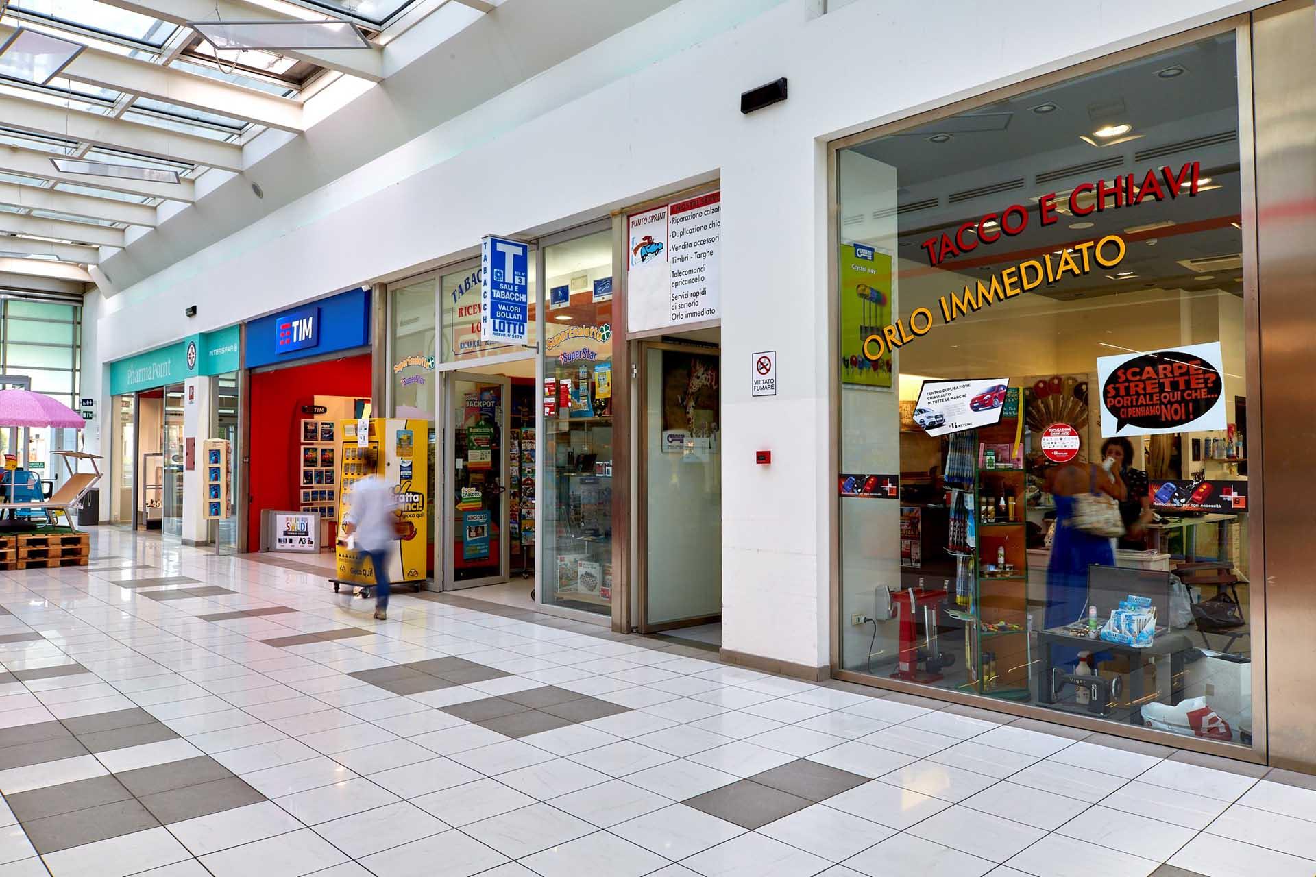 Tabaccheria, Centro Tim e Pharmapoint al Centro Commerciale Extense